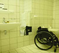 写真:車いすと洗面台の位置を比較した写真