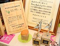写真:準優勝したイチゴのふわふわシフォンと賞状と盾