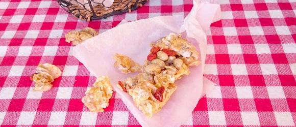 写真:クコの実や大豆など中に入っているのが分かるアップの大豆入りマシュマロバー