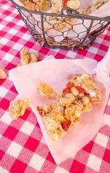 写真:紅白のテーブルクロスの上に置かれた大豆入りマシュマロバー
