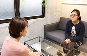 写真:田中さんとゆうゆうゆう編集部員が対談している様子
