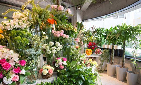 写真:ローランズ原宿店、店内で花が飾ってある様子