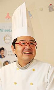 写真:コックコートを着た西村さん