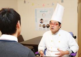 写真:西村さんにインタビューをしている様子