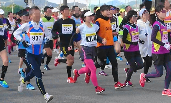 写真:マラソンをスタートした様子