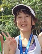 写真:笑顔でピースサインする青木選手