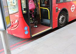 写真:2階建のロンドンバスの乗車口