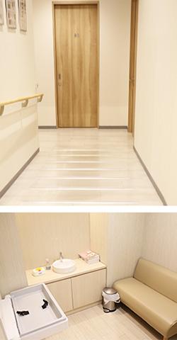 写真:上の写真はトイレまで続くフラットな廊下の様子。下の写真は広々としたおむつ替えシートや授乳室の様子