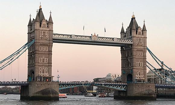 写真:ロンドン市内を流れる「テムズ川」に架かる可動橋「タワーブリッジ」の様子。