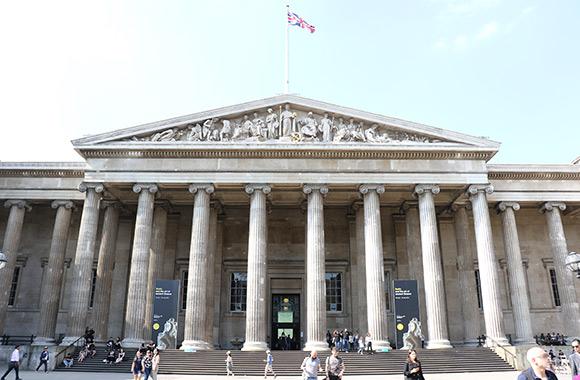 写真:大英博物館の正面玄関の模様